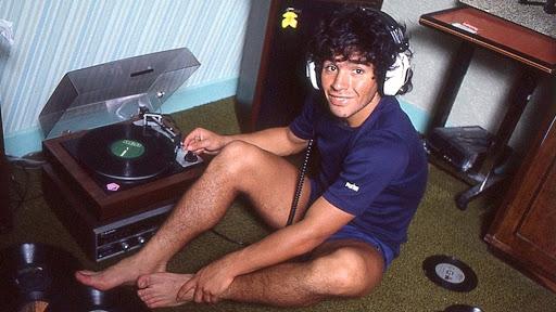 Diego Maradona escuchando música